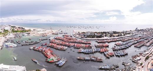 8月15日,开海前夕,北海侨港渔港2000多艘大小船只整装待发。